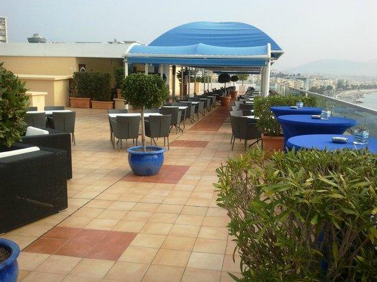 Radisson Blu Hotel, Nice : bar au 7 etme etage piscine
