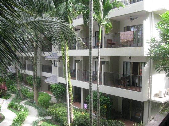 Novotel Phuket Surin Beach Resort.: так выглядят номера снаружи. балкончики, столики-стулья, вентиллятор
