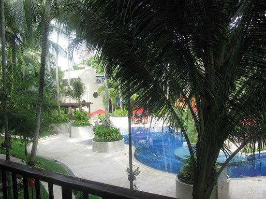 Novotel Phuket Surin Beach Resort.: мааленький кусочек бассейна из окна