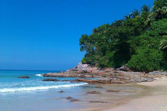 Novotel Phuket Surin Beach Resort. : пляж напротив отеля
