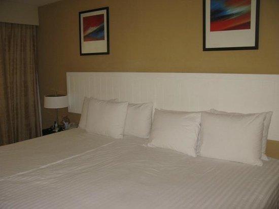 Novotel Phuket Surin Beach Resort. : кровати было 2 но нам их сдвинули по просьбе и перестелили как целую
