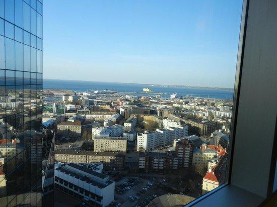 Swissotel Tallinn: Вид из окна на порт