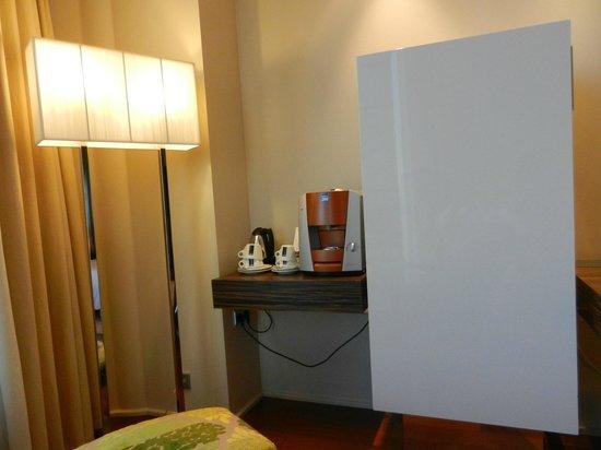 Swissotel Tallinn: Холодильник и кофемашина