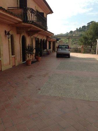 Villa Clementine: le viaduc qui casse malheureusement le charme de l'endroit