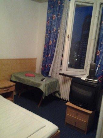 Pension Messe: Frustrierende Zimmer mit Sperrmüll ausgestattet.