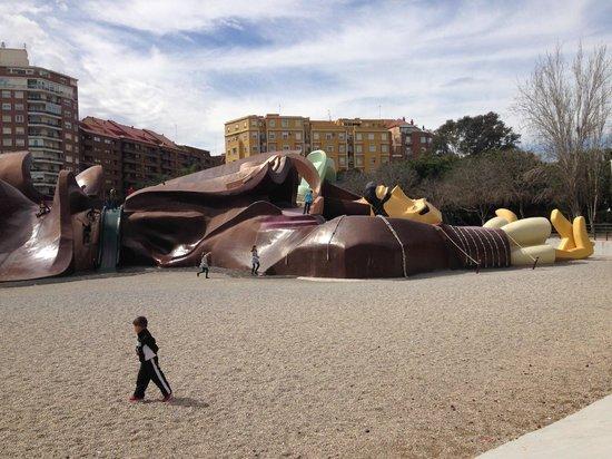 Parque Gulliver: Un Gulliver gigante presta su anatomía para que niños y mayores se lancen sin peligro.