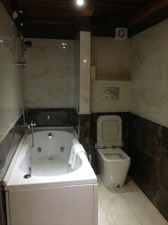 Hotel Palazzo Sa Pischedda Bosa: Bagno con vasca