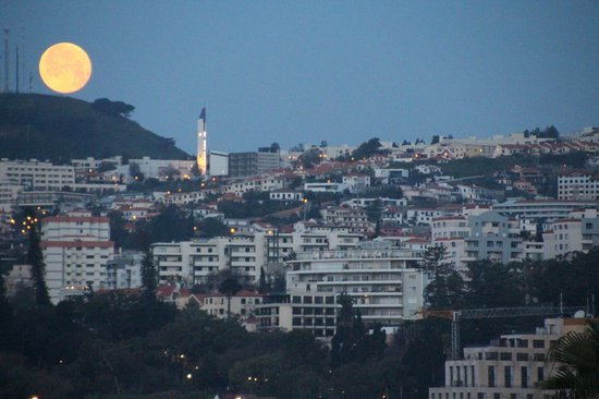 Porto Santa Maria Hotel: Moon over Funchal at dawn