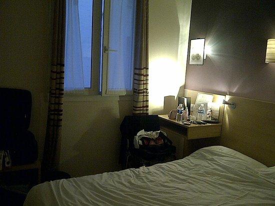 Hotel Ariane Montparnasse : Room, bedside