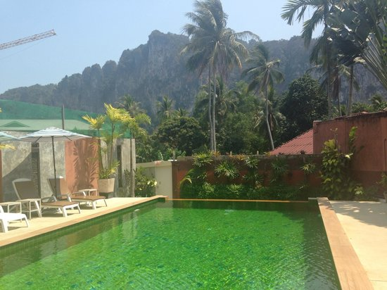 Haleeva Sunshine: Pool