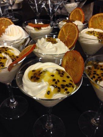 Medeus: Mousse di cioccolato bianco con salsa al passion fruit