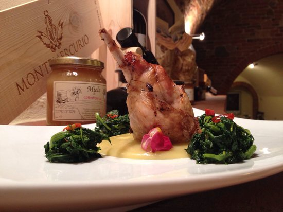 Borgo Buio Officina del Gusto : Coscia di coniglio ripiena su vellutata di patate e cime di rapa Aoil