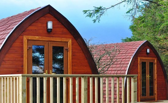 Creeslough, Irlanda: Some pods are positioned for neighbourly chats - great for groups