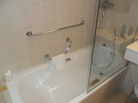 Riviera Beachotel: climb in bath to turn taps on !!!!!!