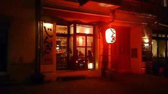 Gingi Sushi Sashimi: Beautiful location, great food and great atmosphere.