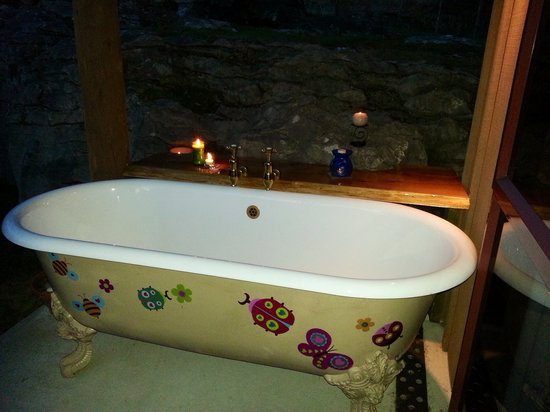 The Rocks Chalets: Private outside patio bath under the stars