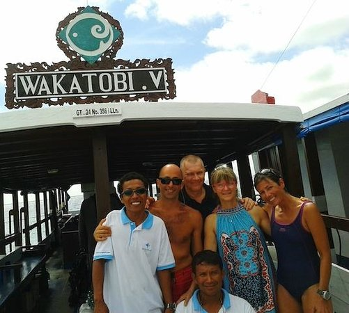 Wakatobi Dive Resort: Dive Boat with happy crew and guests