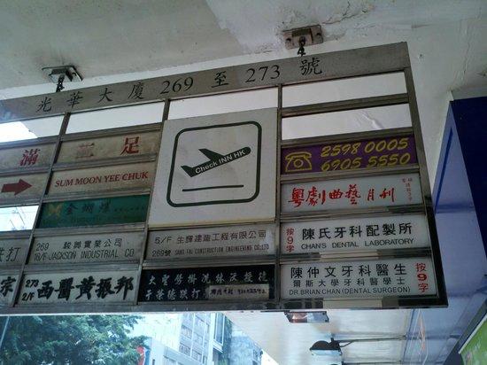 Check Inn HK: Street sign on Hennessy Road