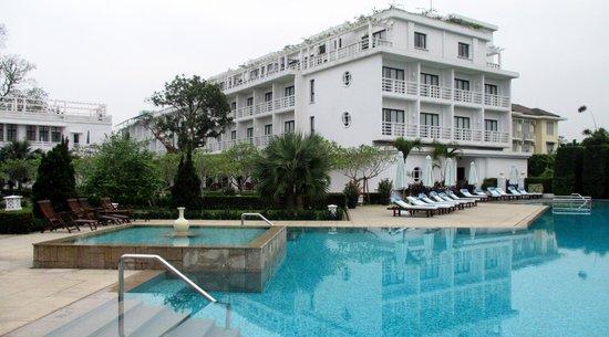 La Residence Hue Hotel & Spa: Vue de l'hôtel et de la piscine