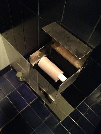Sercotel Apartamentos Eurobuilding 2: Empty toilet paper upon entering the room