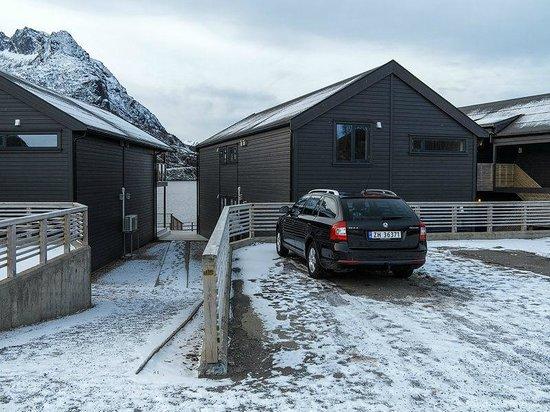 Hamn in Senja: Parkplatz vor den Apartmenthäusern