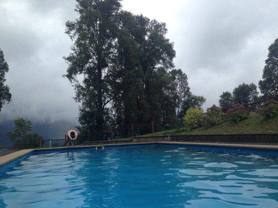 Mirador los Volcanes Lodge & Boutique: Esa es la piscina no temperada. Tremenda, incluso para un día de lluvia como este.
