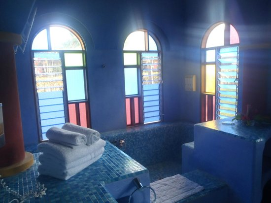Hotel Flying Crocodile : Bright georgeous bathroom