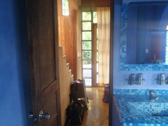 Hotel Flying Crocodile : Exit from bathroom