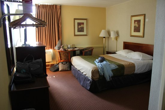 Econo Lodge North: Queen bedroom