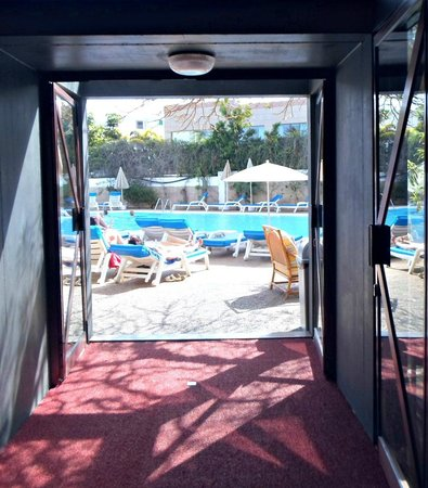 Hotel Escorial & Spa : Leading from bar to main pool