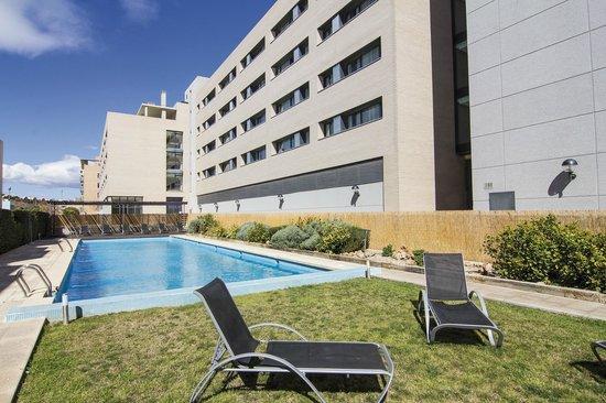 Villa Alojamiento Y Congresos: Piscina exterior con zona ajardinada