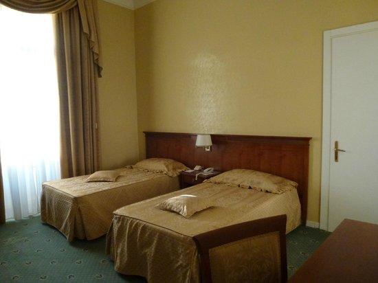 Excelsior Palace Hotel: 天井がすぎく高く幅は狭いがベランダ付き