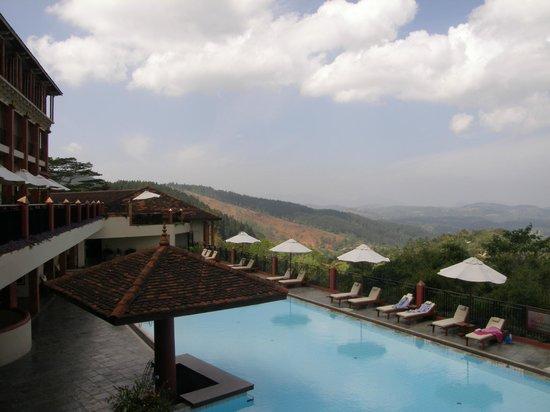 Amaya Hills Kandy: Вид на бассейн и окружающий пейзаж
