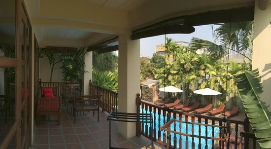 Shewe Wana Suite Resort : Balcon/terrasse avec vue sur la piscine