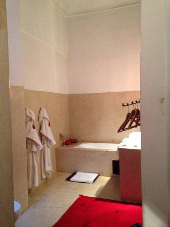 Riad Tizwa: Bathroom