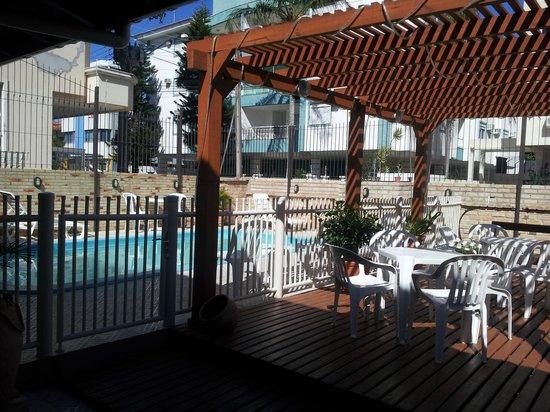 Hotel Pousada Silene: Deck junto a la piscina