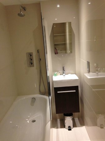 Holiday Inn London - Kensington High Street: Salle de bains