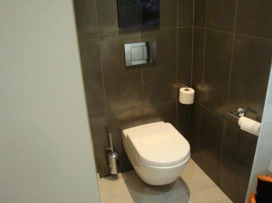 Hyatt Regency Paris Étoile: Toilettes suspendues
