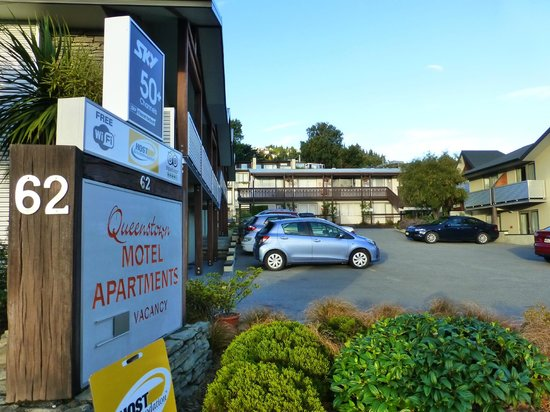 Queenstown Motel Apartments - Parkplatz