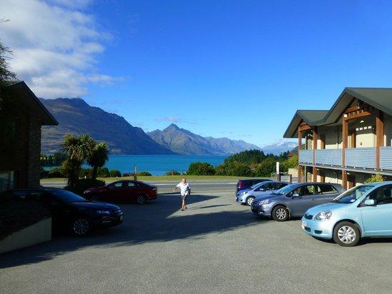 Queenstown Motel Apartments: Blick von der Rezeption über Parkplatz auf den See!
