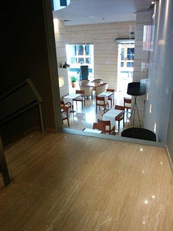Hotel Rey Alfonso X : scala che prta in sala colazione/ristorante