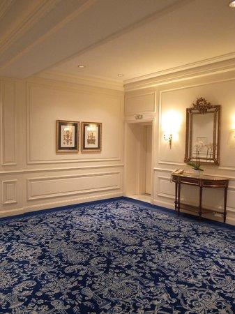 Hotel De Paris: エレベーターホール
