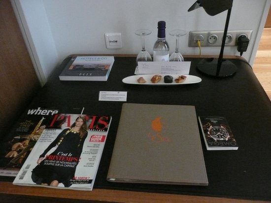 Hotel Le Six: Welcome items on the desk