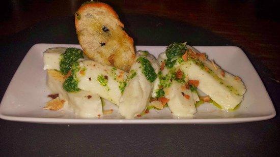Ziryab Vinos y Tapas Fusio: Delicioso queso halloumi con pesto