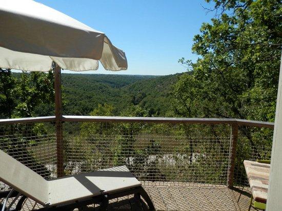 Les Hauts d'Albas : Terrasse privée depuis une yourte spacieuse
