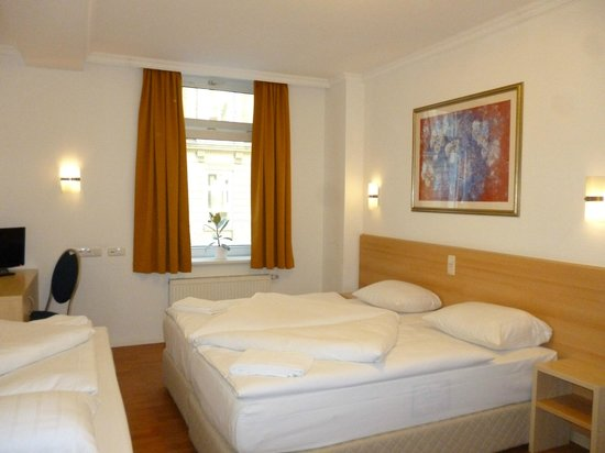 Hotel Budapester Hof: Three-bed room