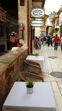Otantik Restaurant & Winehouse : cadde