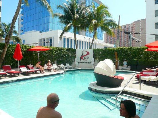 Red South Beach Hotel: Piscina