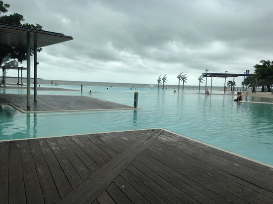 Shangri-La Hotel, The Marina, Cairns : Esplange - Public Swimming Pool