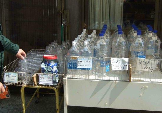 Shirakawa Springs: 白川水源参道ではペッットボトルを売っていますがかなり高い